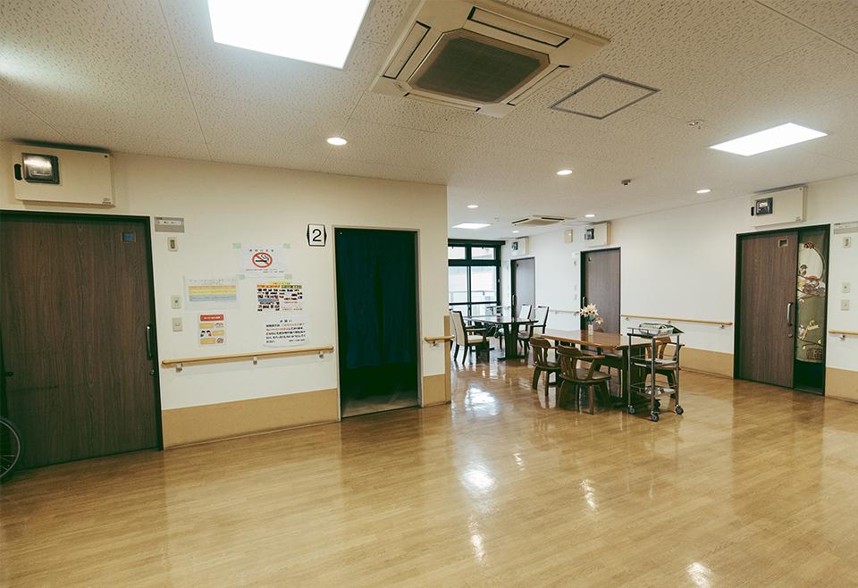 開放感ある談話スペース、システム収納付きで暮らしやすい居室
